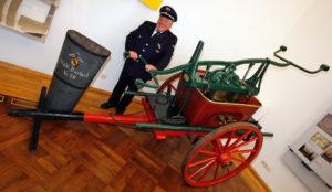 Eine Druck- und Saugspritze aus dem Jahr 1846 im Pfinzgaumuseum in Karlsruhe- Durlach. © akg-images/dpa/picture-alliance