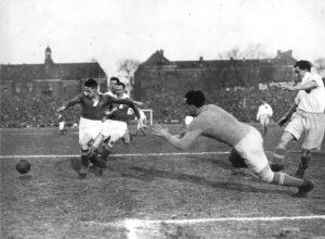 Hertha BSC und Tennis Borussia treffen 1928 beim ersten von drei Meisterschaftsendspielen um die Berliner Meisterschaft im Poststadion aufeinander. Am Ball Sepp Herberger. © akg-images