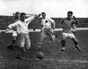 Mit einem dramatischen 5:4 gegen Kiel sichert sich Hertha BSC die Deutsche Meisterschaft 1930. © akg-images