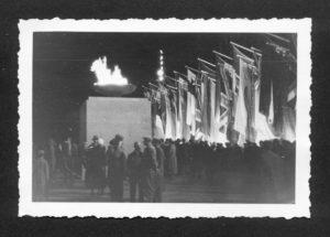 Eine Nachtaufnahme der Flammenschale mit dem olympischen Feuer im Lustgarten vor dem Schoss. © Sammlung Einholz