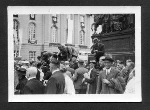 Knipser fotografieren knipsende Kollegen am Sockel des Reiterstandbildes für Friedrich den Großen, die sich auf dem umlaufenden Gitter einen erhöhten Platz erobert haben. © Sammlung Einholz